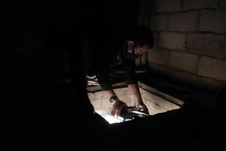 Wartawan Kompas TV mengambil video bunker di kediaman Upik Lawanga, tersangka terorisme yang ditangkap Densus 88 di Lampung Tengah