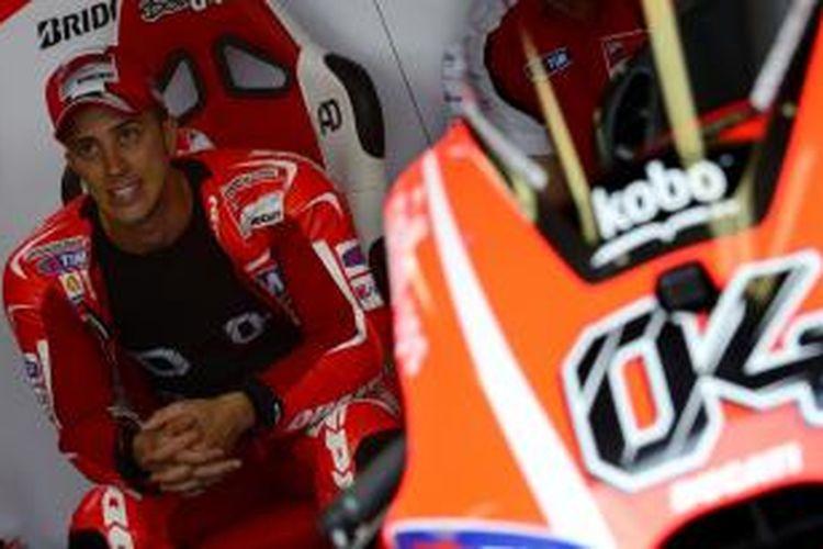 Pebalap Ducati asal Italia, Andrea Dovizioso duduk menunggu di pit saat sesi latihan bebas tiga GP Aragon yang berlangsung di Sirkuit MotorLand, Sabtu (28/9/2013).