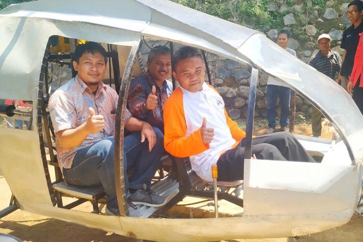 Jujun Junaedi duduk di kursi pilot bersama Humas Lapan Jasyanto (tengah) dan Peneliti Pustekbang Teuku M Ichwanul Hakim (kiri) duduk di bangku belakang helikopter di Kampung Cibubuay, Desa Darmareja, Kecamatan Nagrak, Sukabumi, Jawa Barat, Selasa (19/11/2019).