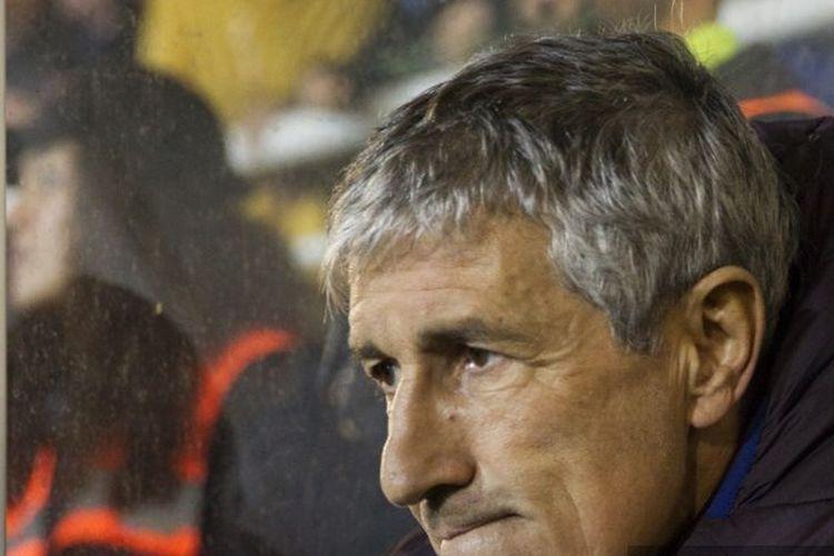 Pelatih Barca, Quique Setien, menyaksikan timnya melawan Ibiza pada babak 32 besar Copa del Rey.