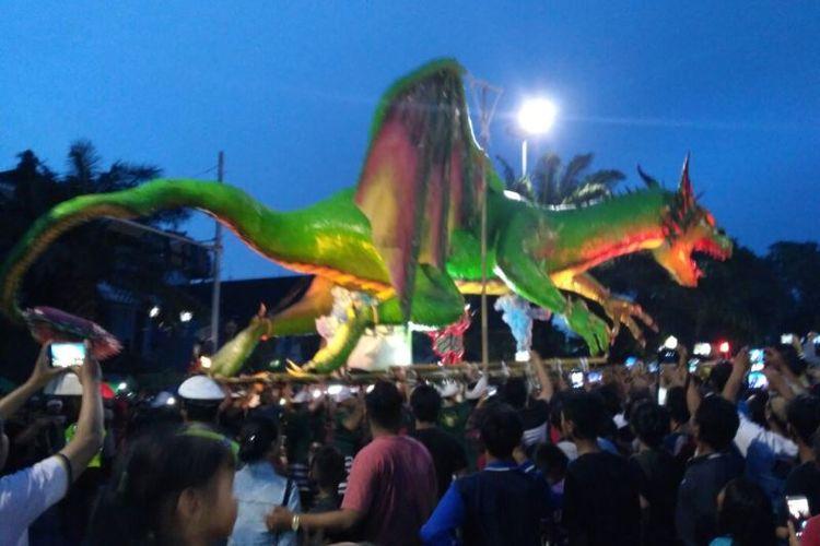 Ogoh-ogoh berukuran raksasa diarak warga Denpasar, Senin (27/3/2017).