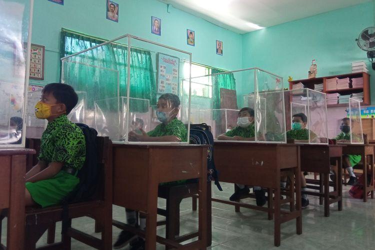 Pembelajaran tatap muka terbatas  (PTMT)  di SD N 1 Lateng,  Kabupaten Banyuwangi, Jawa Timur, kembali dimulai, Rabu (1/9/2021)