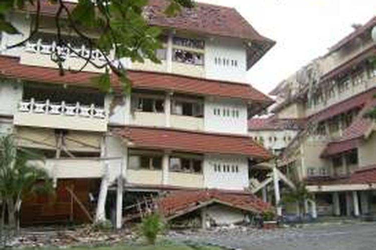 Gedung STIE Kerjasama, Jalan Porwanggan No. 549, Purwo Kinanti, Pakualaman, Kota Yogyakarta, roboh akibat gempa di Yogyakarta pada 26 Mei 2006.