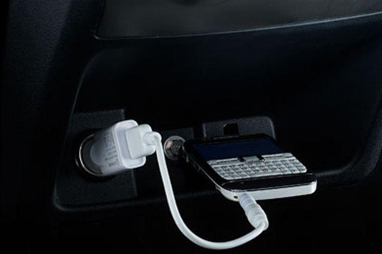 Ilustrasi power outlet, lighter port, pengisi daya pada kendaraan