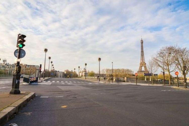 Jalan-jalan berbagai kota di dunia tampak sepi karena warganya mengisolasi diri di rumah.