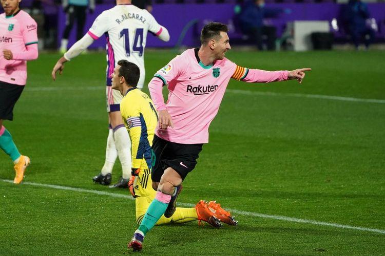Kapten Barcelona Lionel Messi berselebrasi usai membobol gawang Real Valladolid pada laga lanjutan pekan ke-15 Liga Spanyol 2020-2021 di Stadion Nuevo Jose Zorilla, Selasa (22/12/2020) atau Rabu dini hari WIB.