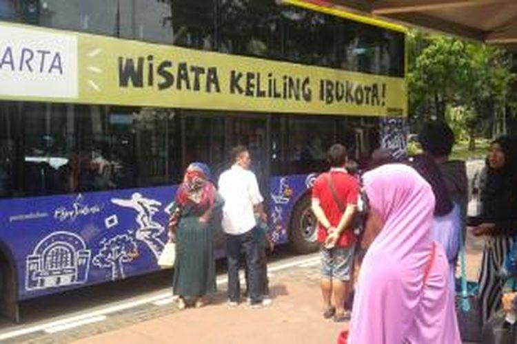 Waktu libur lebaran, sebagian warga mengisinya dengan menaiki bus tingkat wisata, Rabu (30/7/2014).