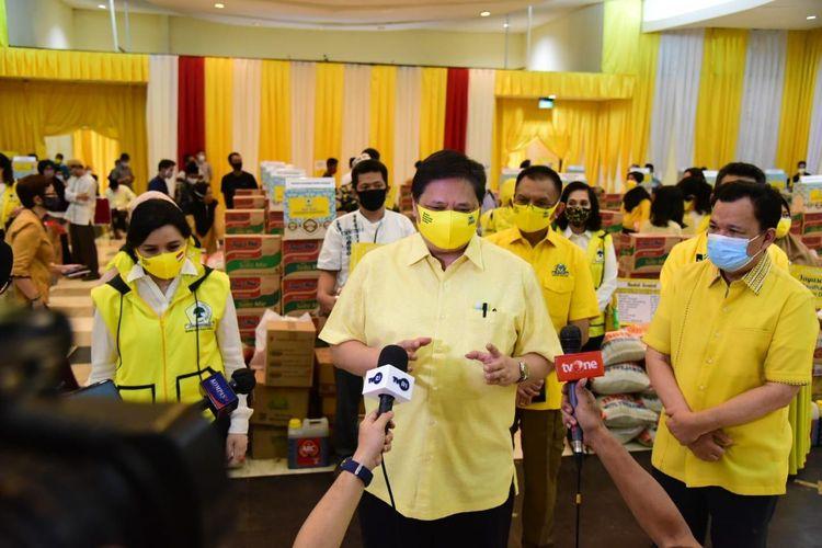 Ketua Umum DPP Partai Golkar Airlangga Hartarto saat menyaksikan acara pemberian bantuan paket sembako dari Ikatan Istri Partai Golkar (IIPG) untuk 30 yayasan panti asuhan dan pondok pesantren di Jabodetabek di di Kantor DPP Partai Golkar, Jakarta, Jumat (22/5/2020).