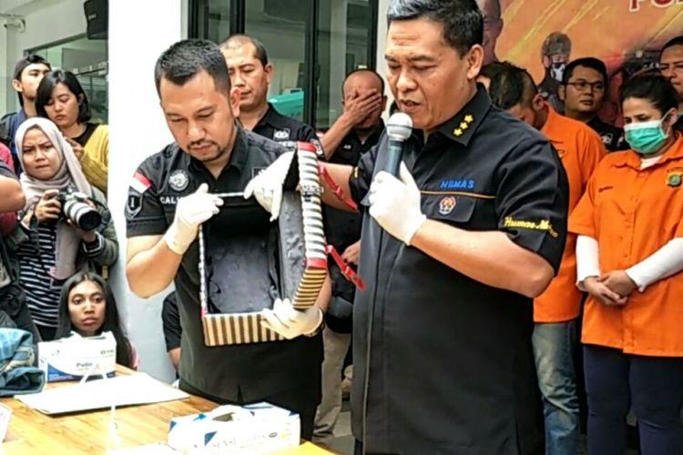Kotak rias milik putri Elvy Sukaesih, Dhawiya, yang diduga digunakan untuk menyimpan alat-alat penghisap sabu. Benda ini menjadi alat bukti yang diperlihatkan penyidik saat jumpa pers di Polda Metro Jaya, Jakarta Selatan, Sabtu (17/2/2018).
