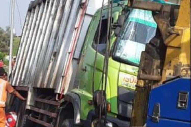 Kecelakaan tunggal truk ODOL di Tol Jakarta-Cikampek