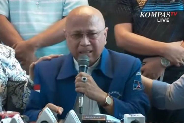 Eks kader Partai Demokrat menahan tangis saat berbicara dalam konferesi pers yang digelar kubu kontra-AHY di Jakarta, Selasa (9/3/2021).
