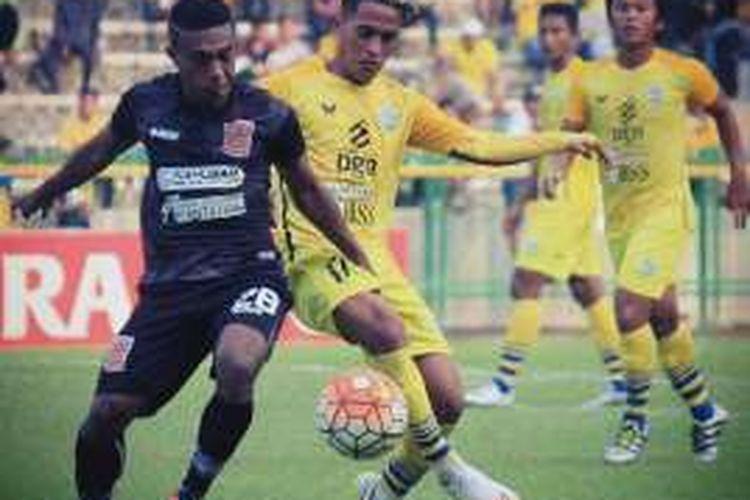 Salah satu aksi Muhammad Sidik Saimima (tengah) saat memperkuat Persegres Gresik United di TSC 2016.