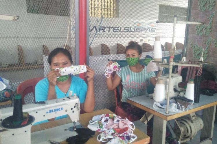 Dua WBP sedang memproduksi masker di dalam Lapas Perempuan Klas IIA Denpasar untuk dibagikan ke masyarakat, Senin (20/4/2020). ANTARA/HO-Lapas Perempuan Klas IIA Denpasar. (Antara/Ayu Khania Pranisitha)
