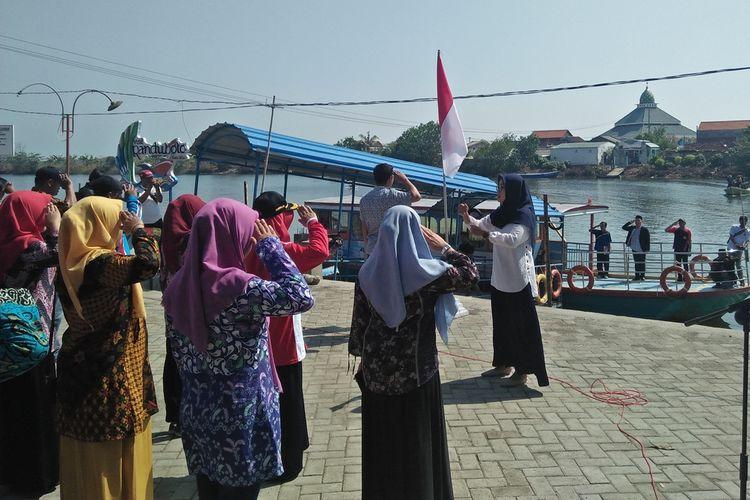 Pemuda karang taruna Kecamatan Sidayu, saat menggelar upacara peringatan Hari Pahlawan di aliran Bengawan Solo.