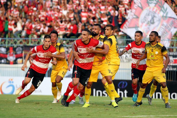Pemain Madura United Jaimerson da Silva Xavier dijaga ketat dengan pemain Barito Putera Francisco Torres pada Pekan 18 Liga 1 2019 yang berakhir dengan skor 2-2 di Stadion Gelora Bangkalan, Jawa Timur, Sabtu (14/09/2019) sore.