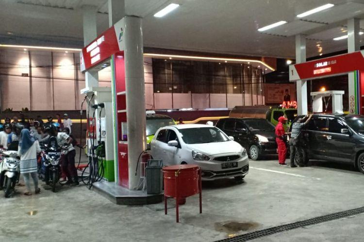 Aktifitas di SPBU Kebun Cengkeh, Kecamatan Sirimau, Ambon kembali beroperasi pascainsiden penabrakan dispens pompa bahan bakar minyak di SPBU tersebut, Selasa (22/1/2019)