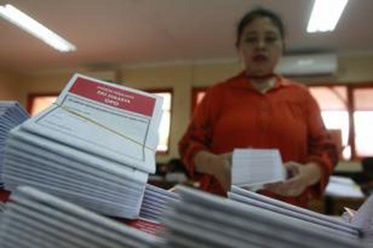 Petugas melipat surat suara Pemilu 2014 di Kantor Komisi Pemilihan Umum Kota Jakarta Selatan, Selasa (11/3/2014). Surat suara yang terdiri dari DPR, DPRD, dan DPD ini akan didistribusikan ke sepuluh Panitia Pemilihan Kecamatan di Jakarta Selatan.
