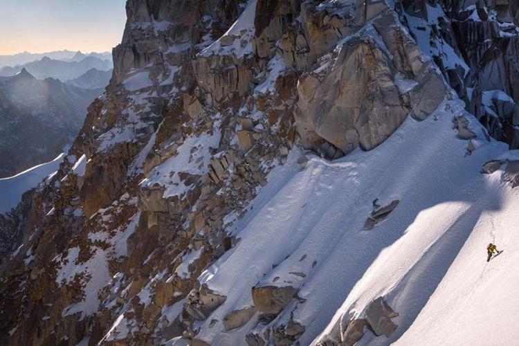 Salah satu anggota tim ekspedisi Hkakabo Razi dari North Face - National Geographic, Mark Jenkins melewati sisi punggung gunung Hkakabo Razi yang bersalju.