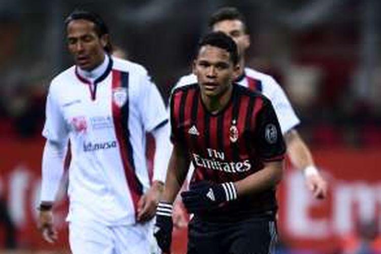 Striker AC Milan, Carlos Bacca, merayakan gol ke gawang Cagliari dalam laga Serie A, di Stadion San Siro, Minggu (8/1/2017) waktu setempat.