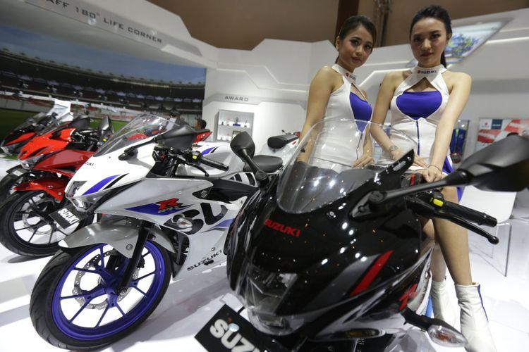 Sales promotion girl (SPG) berpose saat acara pameran Indonesia Motorcycle Show (IMOS) 2018 di Jakarta Convention Centre, Jakarta, Kamis (1/11/2018). Pameran sepeda motor terbesar di Indonesia ini menghadirkan motor-motor keluaran baru dari berbagai merek, dan akan berlangsung hingga 4 November 2018.
