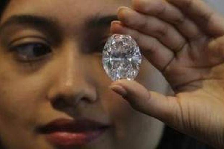 Inilah berlian putih terbesar dengan berat 118 karat yang akan dilelang pada 7 Oktober mendatang di Hong Kong.