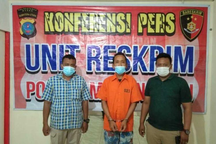 Seorang penjaga (tukang) parkir berinisial IM (30) ditangkap Personel Polsek Medan Baru lantaran menyembunyikan sabu-sabu di dalam masker yang dipakainya pada Jumat (21/5/2021) yang lalu.