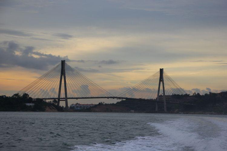 Jembatan Barelang merupakan salah satu ikon Kota Batam, Kepulauan Riau. Tidak sedikit wisman yang berkunjung ke Batam, pasti selalu menyempatkan diri ke jembatan tersebut.