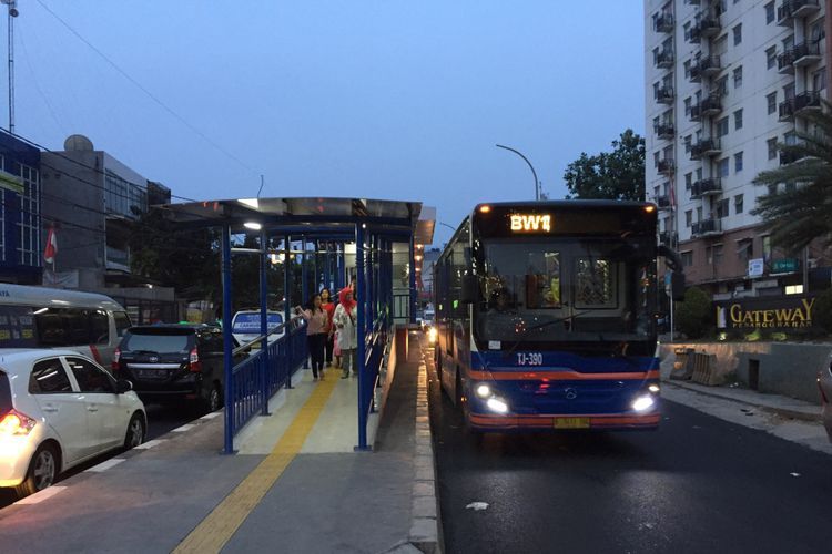 Suasana di Jalan Raya Ciledug, dekat Halte Adam Malik, Jakarta Selatan, Minggu (13/8/2017) petang. Ruas jalan yang dilintasi bus transjakarta Koridor 13 (Tendean-Ciledug) ini cukup padat karena bercampur dengan kendaraan umum lainnya.