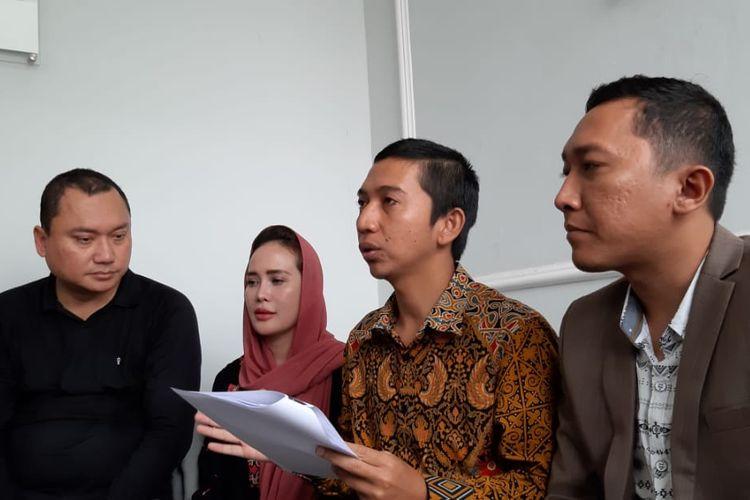 Martin Pratiwi memberikan keterangan pers terkait kasus mengingkari kerja sama di kawasan Kemang Selatan, Jakarta Selatan, Jumat (25/10/2019).
