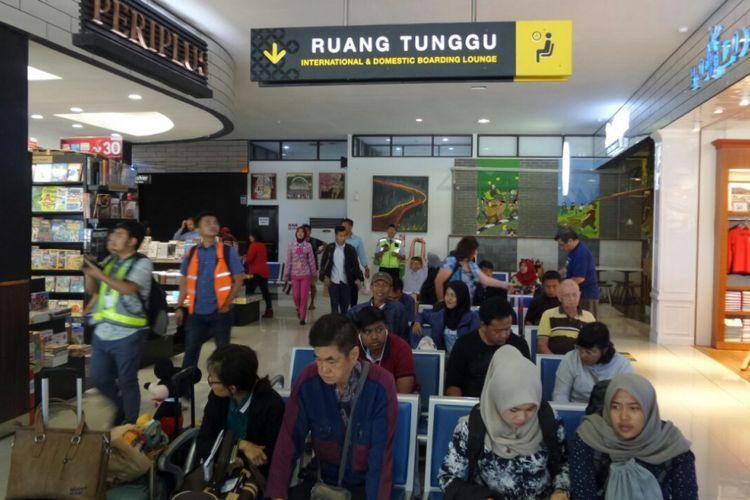 Suasana Bandara Internasional Adisutjipto di Daerah Istimewa Yogyakarta, Jumat (26/1/2018). Pihak PT Angkasa Pura I menyebut bandara ini sudah melebihi kapasitas yang seharusnya, sehingga untuk meningkatkan pelayanan dibutuhkan bandara baru bernama New Yogyakarta International Airport (NYIA) di Kabupaten Kulon Progo.
