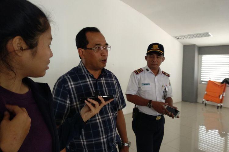 Menhub Budi Karya Sumadi berbicara kepada media saat berkunjung ke stasiun Duri, Sabtu (14/4/2018)