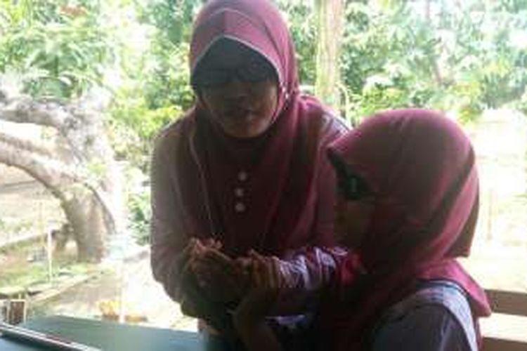 Ninis saat mengajar muridnya di Yayasan Mata Hati Banyuwangi