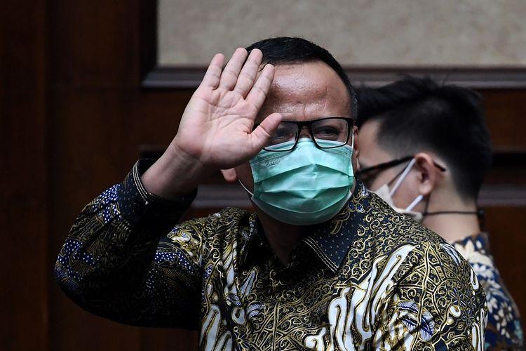 Terdakwa kasus dugaan suap izin ekspor benih lobster tahun 2020 Edhy Prabowo melambaikan tangan saat menunggu sidang pembacaan tuntutan di Pengadilan Tipikor, Jakarta, Selasa (29/6/2021). Jaksa Penuntut Umum KPK menuntut mantan Menteri Perikanan dan Kelautan tersebut dengan hukuman 5 tahun penjara dan denda Rp400 juta subsider 6 bulan kurungan. ANTARA FOTO/Sigid Kurniawan/hp.
