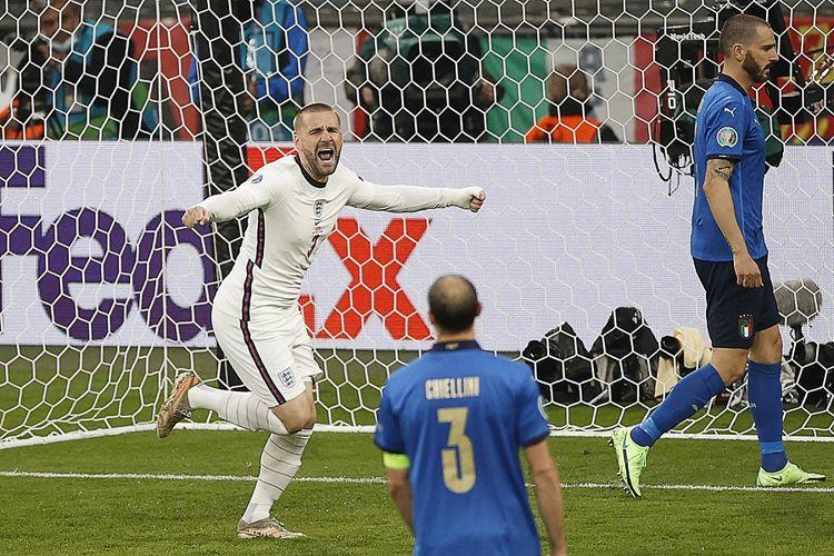 Bek Inggris Luke Shaw (kiri) berselebrasi setelah mencetak gol pertama pada pertandingan final Euro 2020 antara Italia vs Inggris di Stadion Wembley di London pada 12 Juli 2021.