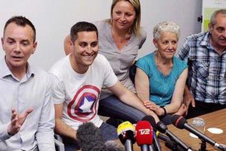 Vincent Autin (kedua dari kiri) dan kekasihnya Bruno Boileau (tengah) bersama keluarganya memberikan keterangan dalam jumpa pers di Montpellier, Perancis. Pada Rabu (29/5/2013), Autin dan Boileau menjadi pasangan gay Perancis pertama yang menikah secara resmi dan diakui negara.