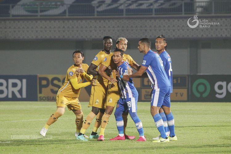 Pemain Bhayangkara FC Hansamu Yama, Ezechiel Ndouassel dan Jajang Mulyana (ki-ka) dijaga ketat pemain Persiraja Banda Aceh pada laga ketiga Liga 1 2021-2022 yang berakhir dengan skor 2-1 di Stadion Indomilk Arena Kelapa Dua Tangerang, Minggu (29/8/2021) malam.