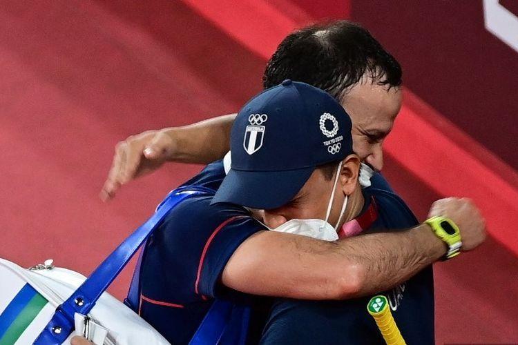 Pebulu tangkis asal Guatemala Kevin Cordon memeluk pelatihnya seusai mengejutkan Olimpiade Tokyo 2020 dengan mengalahkan Heo Kwang-hee (Korea Selatan) di babak perempat final nomor tunggal putra pada Sabtu (31/7/2021).