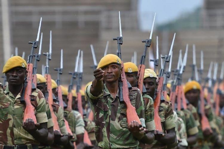 Tentara Zimbabwe sedang berlatih menjelang pelantikan Emmerson Mnangagwa sebagai presiden baru negeri itu pada Jumat (24/11/2017).