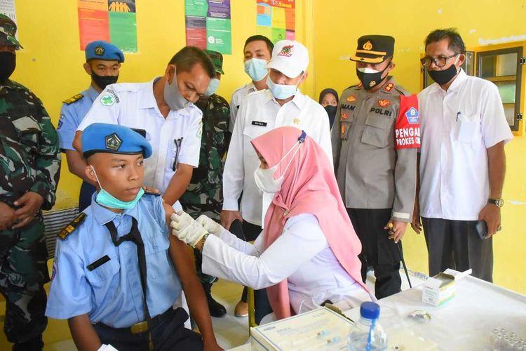 Vaksinasi pelajar di SMAN 1 Kejuruan Muda, Kabupaten Aceh Tamiang, Sabtu (11/9/2021)
