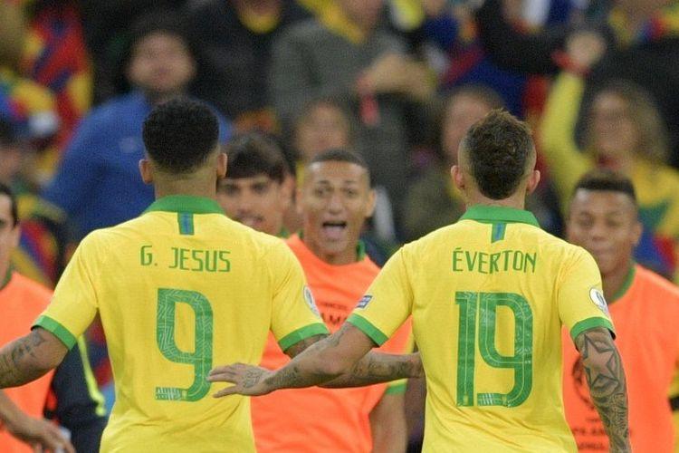 Gabriel Jesus dan Everton merayakan gol pada pertandingan Brasil vs Peru dalam final Copa America 2019 di Stadion Maracana, 7 Juli 2019.