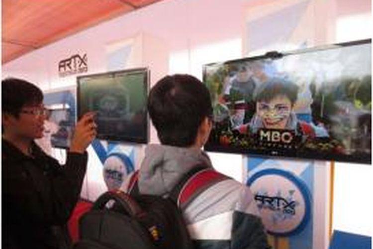 Pengunjung menjajal teknologi Augmented Reality dalam Augmented Reality and Tehcnology Xperience (ARTX) Asia yang diselenggerakan perusahaan Indonesia, AR&Co di Vietnam.