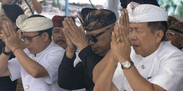 Deputi Bidang Pemasaran 1 Kementerian Pariwisata, I Gde Pitana (kiri), Gubernur Bali Made Mangku Pastika (kanan) dan pemrakarsa Patung Garuda Wisnu Kencana (GWK) Nyoman Nuarta (tengah) mengikuti Upacara Adat Pasupati di pelataran Patung GWK, Badung, Bali, Minggu (20/5/2018). Upacara tersebut dilakukan sebagai bagian dari permohonan umat agar proses pembangunan patung GWK dapat berlangsung lancar dan selesai tepat pada waktunya.
