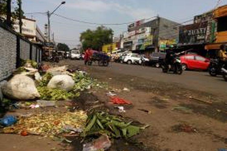 Kawasan Pasar Ciroyom, Bandung, yang seolah luput dari perhatian pemerintah setempat, karena tetap kumuh dan tak tertata dengan baik.