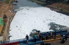 Busa Putih Tutupi Permukaan Air di BKT Cakung