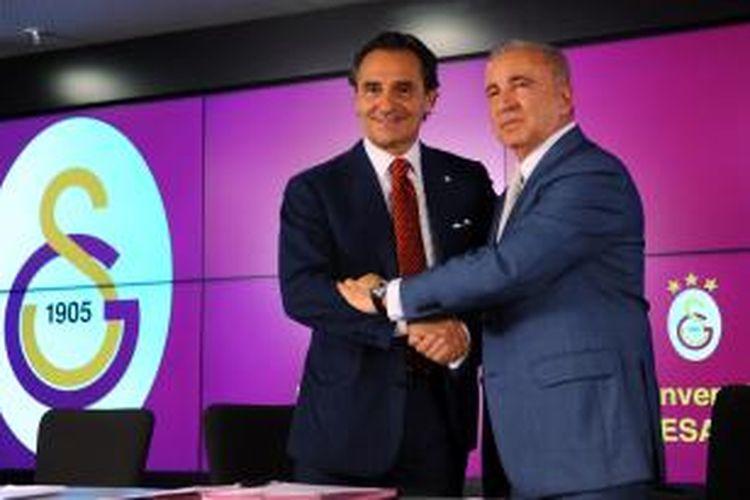 Presiden Galatasaray, Unai Aysal (kanan), berjabat tangan dengan pelatih baru klub itu, Cesare Prandelli (kiri), usai penandatangan kontrak, di TT Arena, Istanbul, 8 Juli 2014.