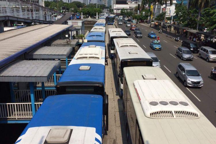 Antrean bus transjakarta yang mogok kerja di Halte Harmoni, Senin (12/6/2017) siang.
