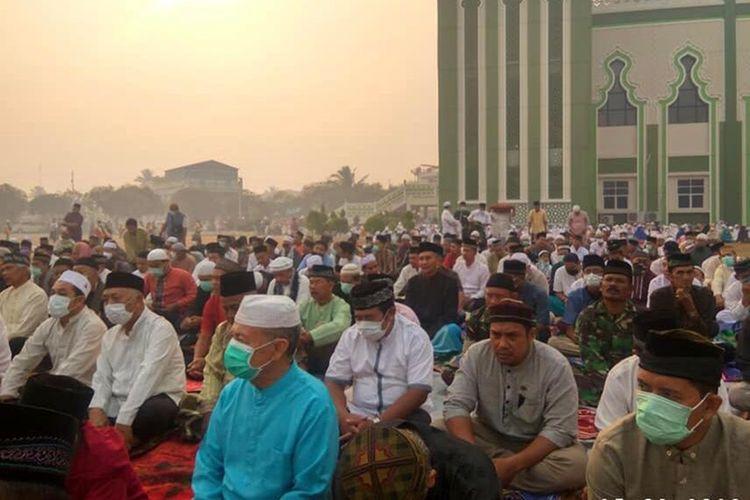 Seribuan warga gelar Sholat Istisqa untuk meminta hujan di Halaman Masjid Agung Al Ikhlas Ketapang, Minggu (15/9/2019).