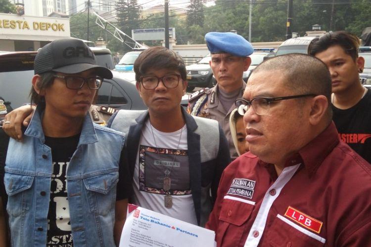 Sejumlah personel grup band Kangen Band didampingi pengacara Razman Arief Nasution saat datang ke Mapolres Kota Depok, Selasa (3/10/2017). Mereka datang untuk melaporkan sebuah label terkait sengketa kontrak.