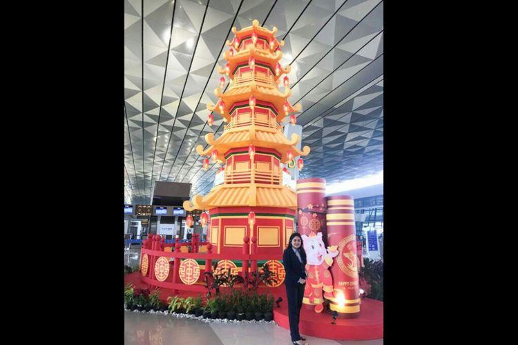 Pagoda setinggi 10 meter terpasang di Terminal 3 Bandara Soekarno Hatta selama perayaan imlek 2019.