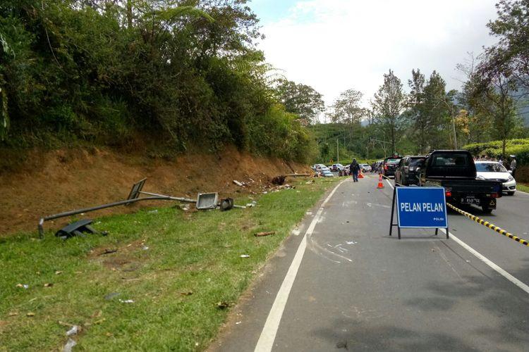 Puing-puing tiang dan sampah berserakan di lokasi kecelakaan di Tanjakan Emen, Subang, Jawa Barat, Minggu (11/2/2018).